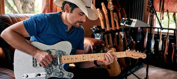brad-paisley-met-gitaar